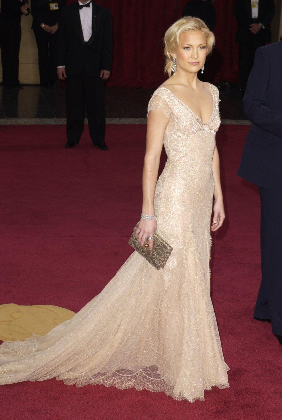 Kate Hudson, en la alfombra roja de 2003, con un vestido en tono nude de Versace.