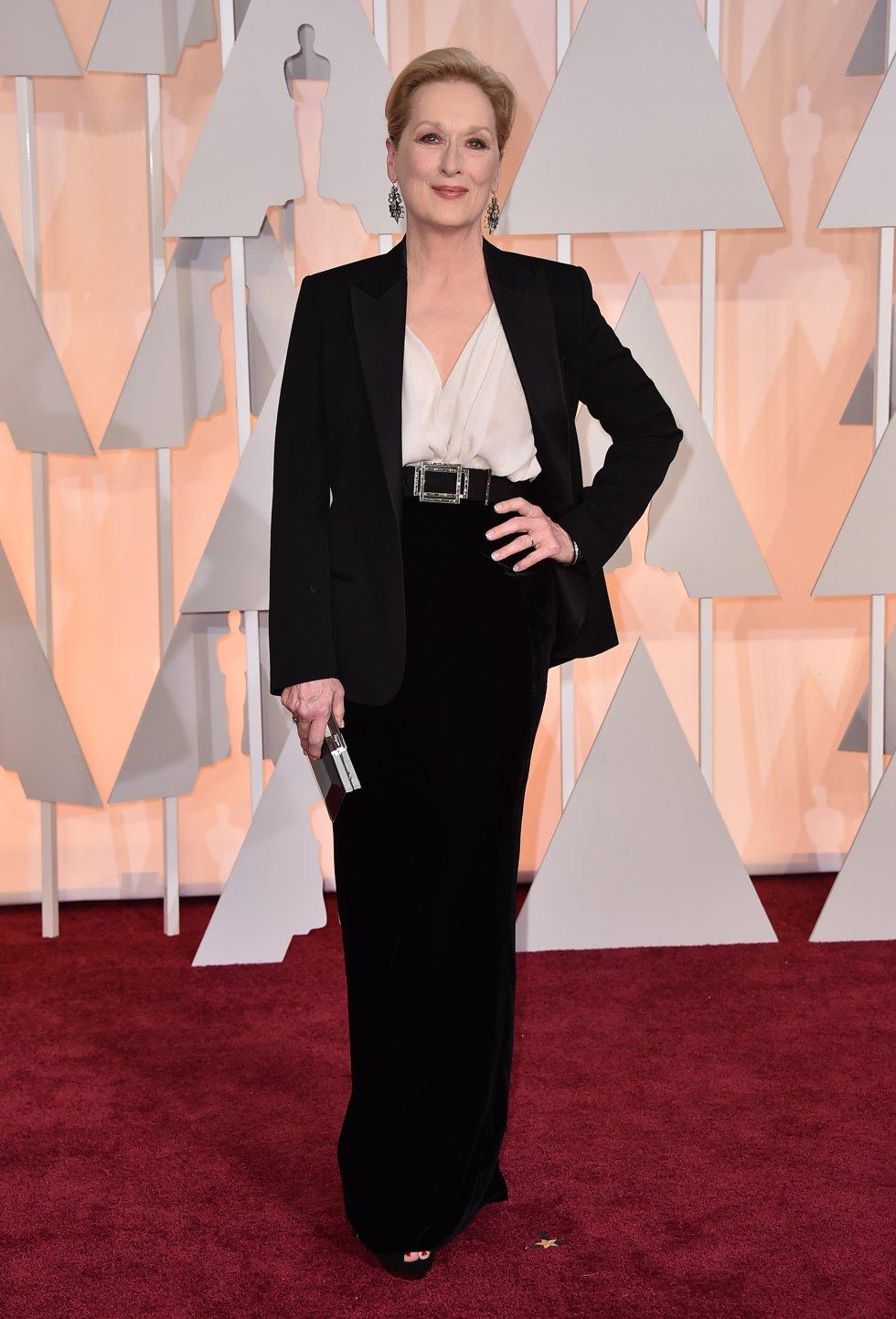 Meryl Streep, con un traje chaqueta negro firmado por Lanvin en la alfombra roja de 2015. La actriz ha ganado tres Oscar y ha estado nominada en 21 ocasiones.