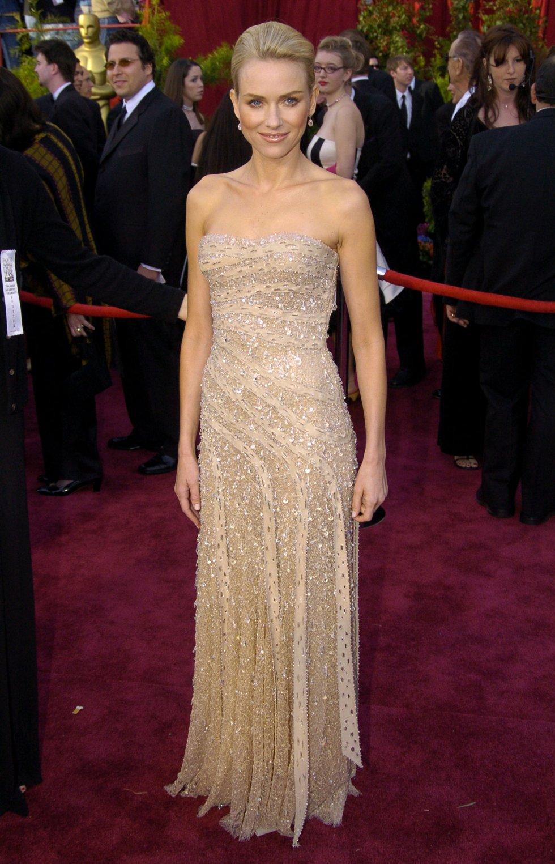 Con un diseño de Versace, Naomi Watts fue una de las más elegantes de la alfombra roja de 2004.