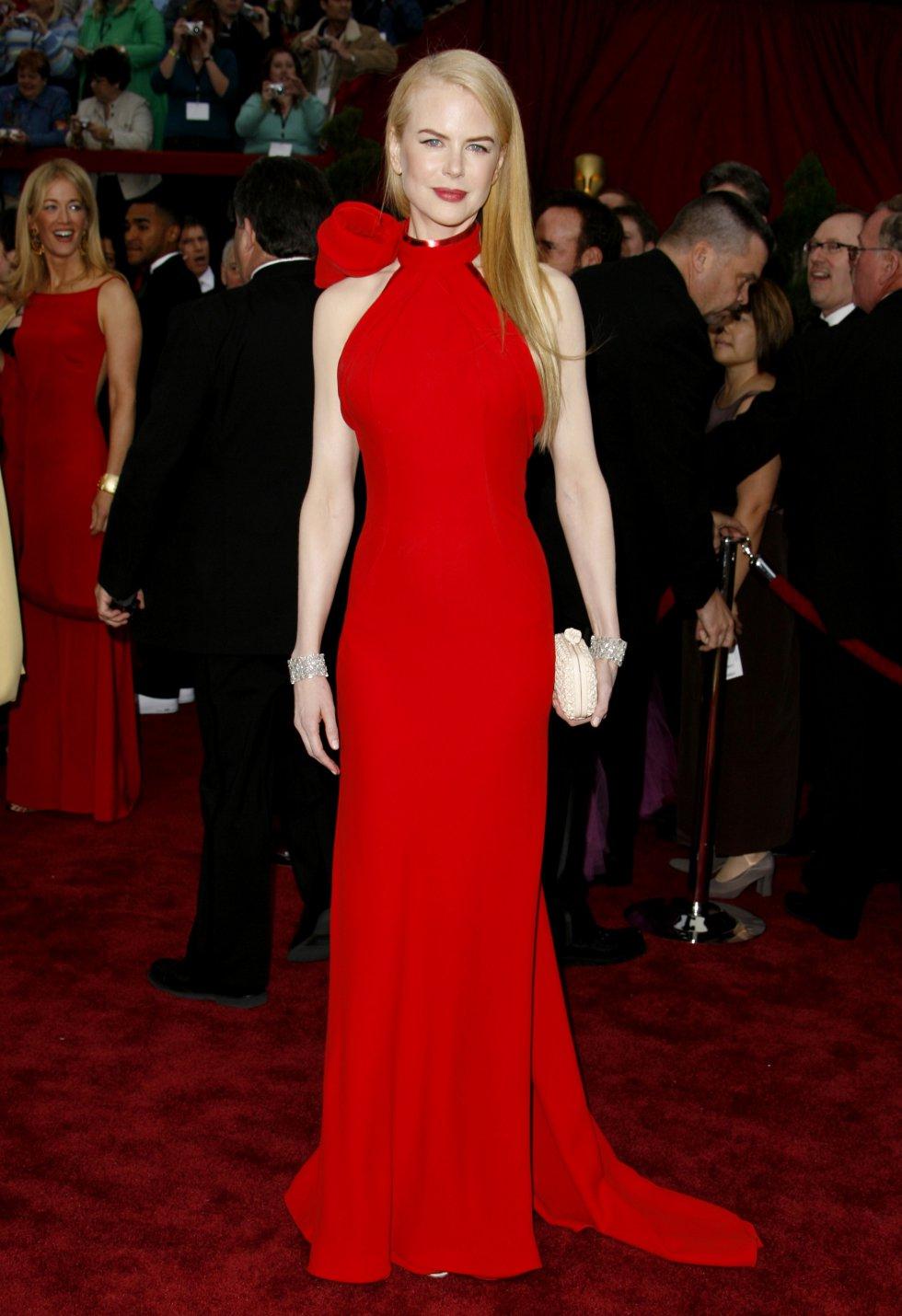 Nicole Kidman siempres es una de las más elegantes en la alfombra roja de los Oscar. En los Oscar de 2007, con un vestido rojo con lazo al cuello de Balenciaga.