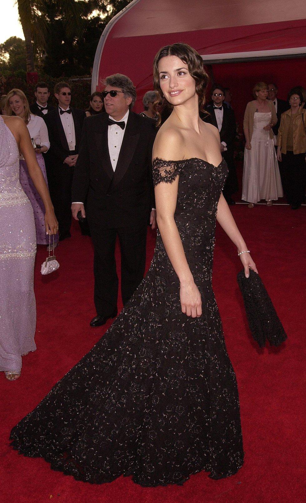 La actriz española Penélope Cruz, con un diseño negro de Ralph Lauren, en la gala de los Oscar de 2001.