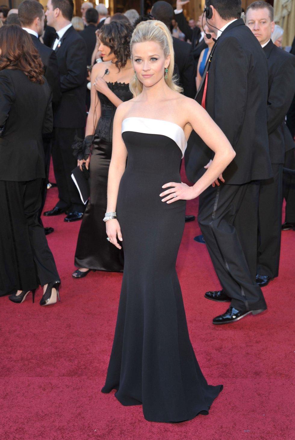 La actriz y productora Reese Witherspoon en 2011 con un increíble diseño de Armani en negro con una franja blanca en el escote.