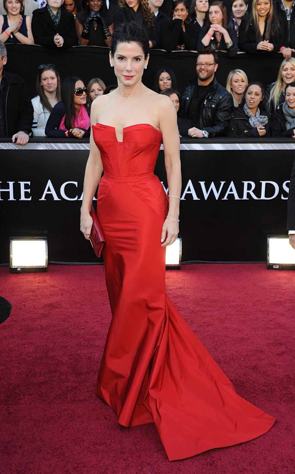 Sandra Bullock, en la alfombra roja de 2011, con un diseño rojo de Vera Wang.