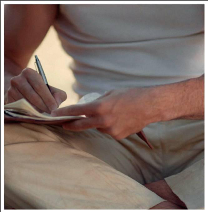 Los emails son gratuitos, instantáneos y permiten incluir imágenes y sonidos, sí. Pero había algo en las cartas, su papel doblado y su letra escrita con cariño que es imposible plasmar en los correos electrónicos. Los españoles ya no escribimos cartas. La CNMC (Comisión Nacional de los Mercados y la Competencia) contó  en su informe de 2017  que un 64 % de españoles no había emitido ni una sola carta aquel año y que los envíos tradicionales (manuscritos, tarjetas, postales…) habían bajado un 6,5 % con respecto al año anterior. En la imagen, una imagen de la serie 'Velvet'.