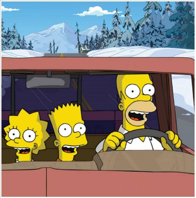 """Hace 35 años llegar de Madrid a Málaga (530 kilómetros) en coche implicaba pasar 10 horas encerrados en un vehículo. Si viajaban niños, la única música que se oía eran los grandes éxitos """"¿cuándo llegamos?"""", """"¿cuánto queda?"""" y el temido """"me mareo"""" que solía venir seguido de un vómito (con suerte) en una bolsa de plástico. """"Nosotros íbamos seis en un Seat 124 en pleno mes de agosto sin aire acondicionado. Llevábamos las ventanillas bajadas, pero el viaje era una odisea. De Madrid a Nerja (509 kilómetros) solo se podía ir por carreteras nacionales, donde te encontrabas con atascos y camiones a los que no podías adelantar"""", recuerda Concha, de 55 años, que pasó su adolescencia veraneando con sus padres y hermanos en Nerja. En 2018, apenas se oye a los más pequeños preguntar """"cuánto queda"""" porque la manera de desplazarnos por el mundo ha cambiado (y porque llevan entre sus manos un Ipad cargado de series y películas). Hoy, las compañías de vuelos baratos se han hecho con el 61,5 % del flujo aéreo y sale casi más barato volar a París (unos 70 euros desde Madrid) que ir en coche a Bilbao (solo en peajes, sin contar gasolina, se van 21 euros). Además, el AVE ha logrado que un trayecto de Málaga a Madrid ocupe solo dos horas y media del día en las que además podemos movernos cómodamente por el vagón cafetería y donde no falta el aire acondicionado. En la imagen, Lisa, Bart y Homer Simpson, en un capítulo de 'Los Simpson'."""
