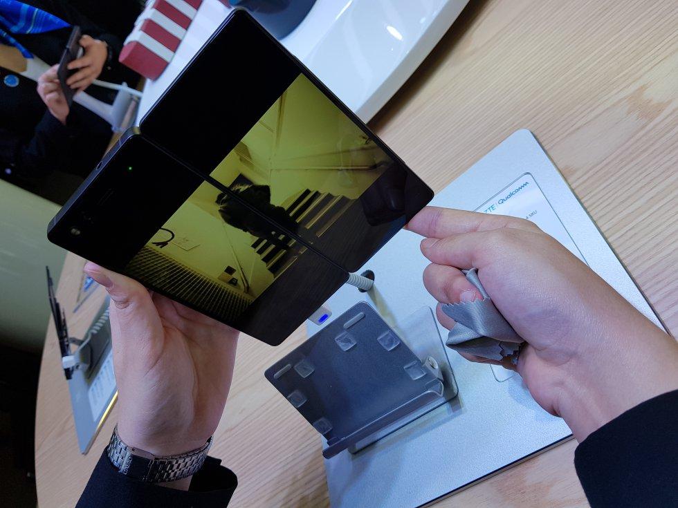 No está claro si tendrá mucho o poco éxito comercial, pero el 'smartphone' plegable de dos pantallas de ZTE, el Axon M, ha acaparado muchas miradas en el Mobile. El equipo tiene la ventaja de que puede utilizarse de diferentes maneras según el uso que se le quiera dar. Por ejemplo, si se quiere hacer una presentación, la segunda pantalla puede utilizarse en modo espejo (se vería en las dos lo mismo) de modo que la persona que tengamos en frente vea lo mismo que nosotros. Por el contrario, si lo que queremos es ver una película o jugar con un videojuego podemos utilizar las dos pantallas como si fueran una y crear una especie de tableta.  Marimar Jiménez