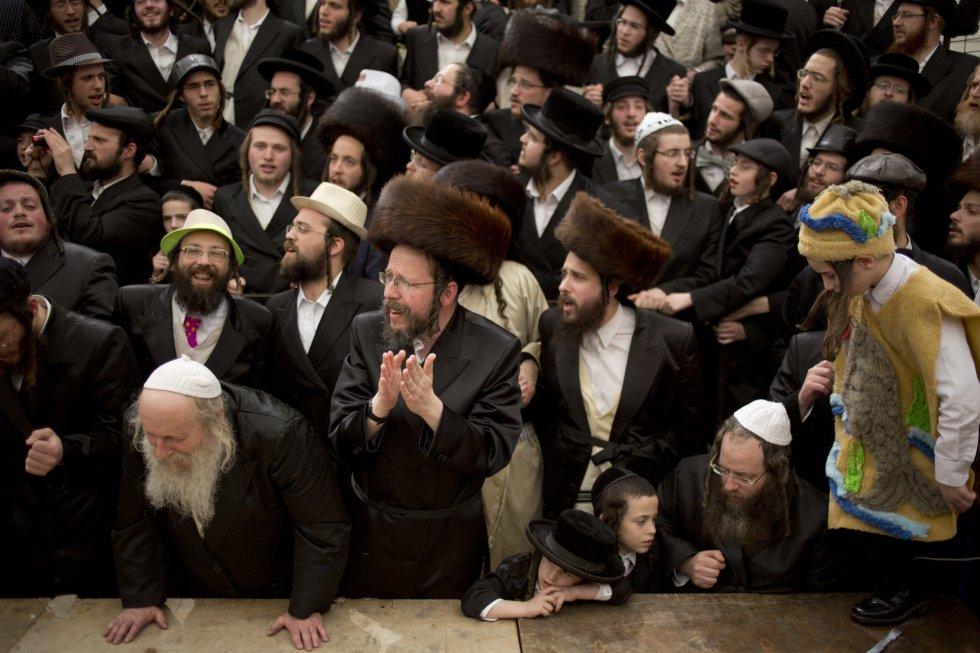 Hombres y niños judíos ultraortodoxos celebran la festividad de Purim en el barrio ultraortodoxo de Mea Shearim de Jerusalén, el 2 de marzo.