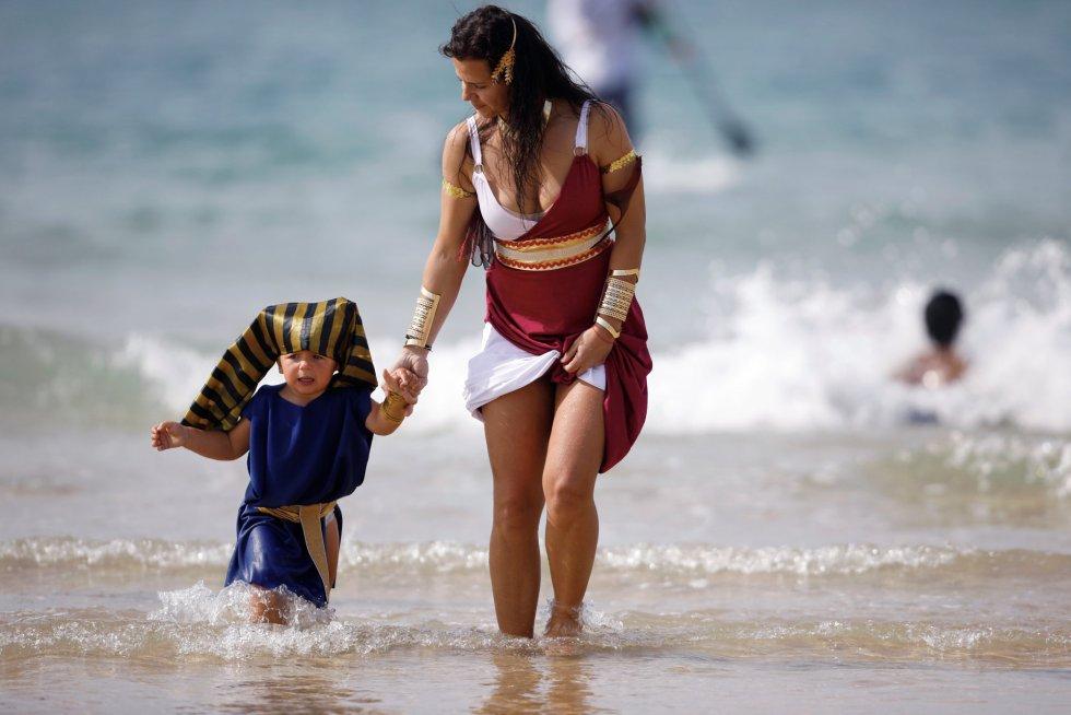 Una mujer junto a un niño disfrazado de faraón se bañan en la ciudad costera de Ashdod, el 2 de marzo.