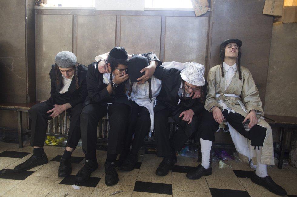 Judíos ultraortodoxos ebrios descansan en un banco, en el barrio Mea Shearim de Jerusalén, el 2 de marzo.