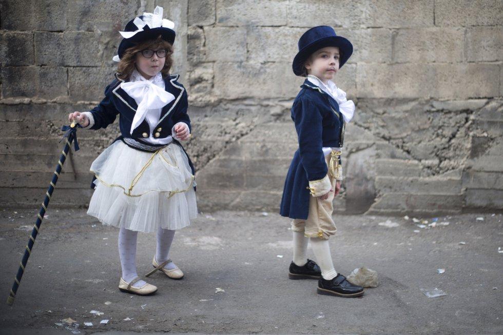 Dos niños disfrazados celebran la festividad de Purin en el barrio ultraortodoxo Mea Shearim de Jerusalén, el 2 de marzo.