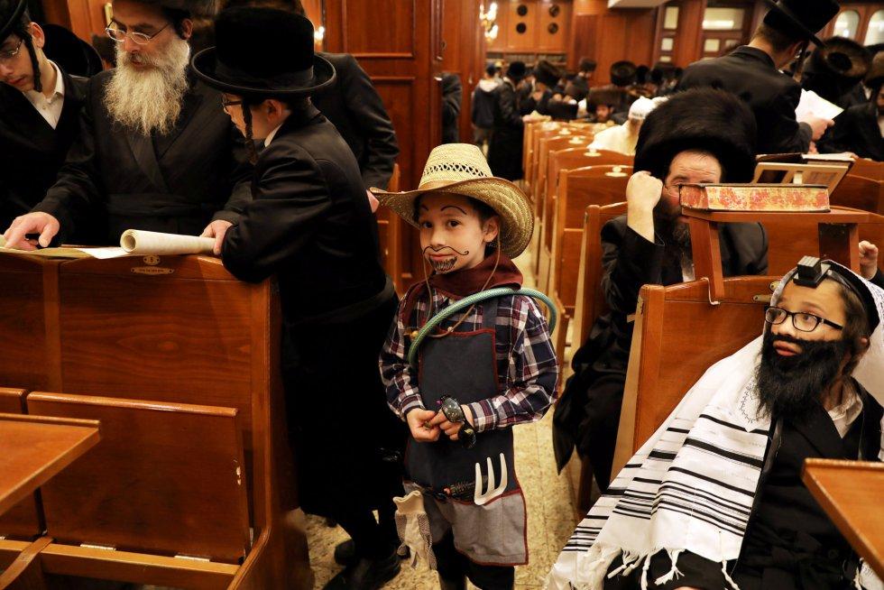Un niño disfrazado de vaquero es fotografiado mientras un grupo de ultraortodoxos leen el 'Libro de Esther', el 1 de marzo.