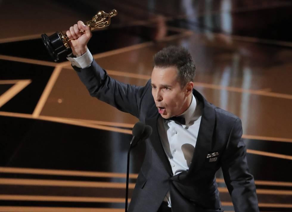 Sam Rockwell, ganador del Oscar a mejor actor de reparto por 'Tres anuncios en las afueras', alza su estatuilla durante su discurso de agradecimiento.