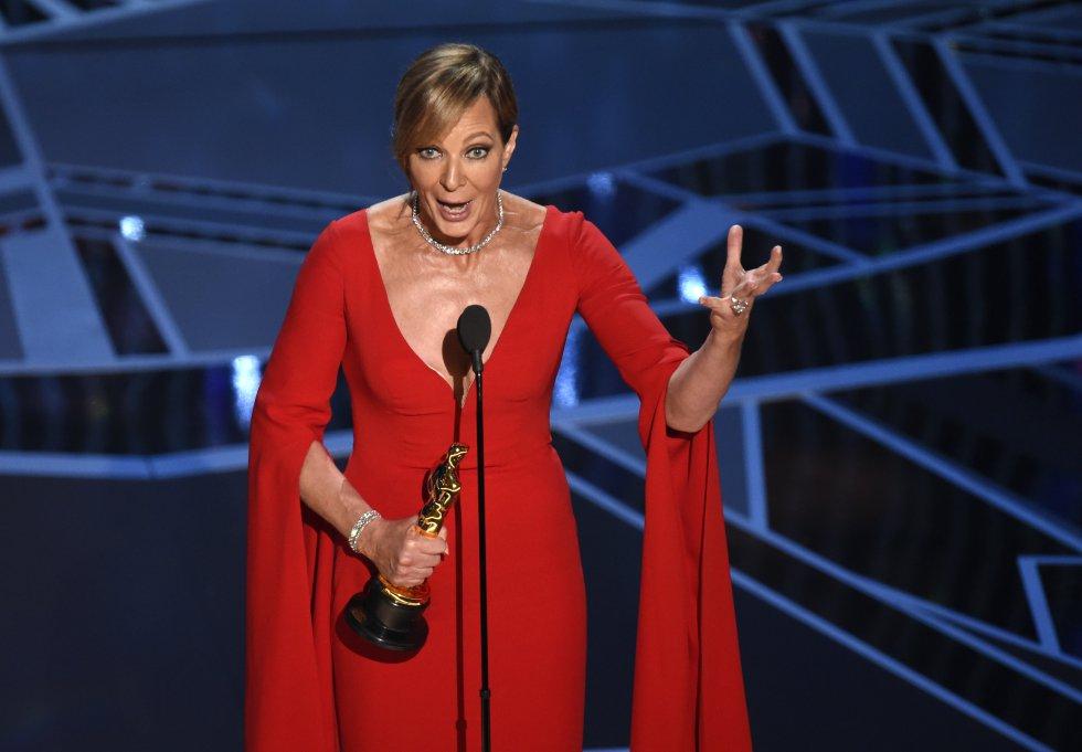 Allison Janney, Oscar a mejor actriz secundaria por la película 'Yo, Tonya', recoge su estatuilla.