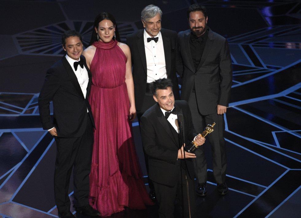 Sebastian Lelio (en primer plano), Nicolás Saavedra, Daniela Vega, Alejandro Goic y Pablo Larrain ganadores del Oscar a la mejor película de habla no inglesa por 'Una mujer fantástica'.