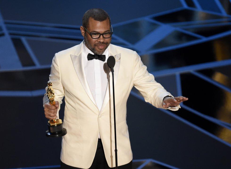 Jordan Peele sostiene el Oscar a mejor guion original por la película 'Déjame salir'.