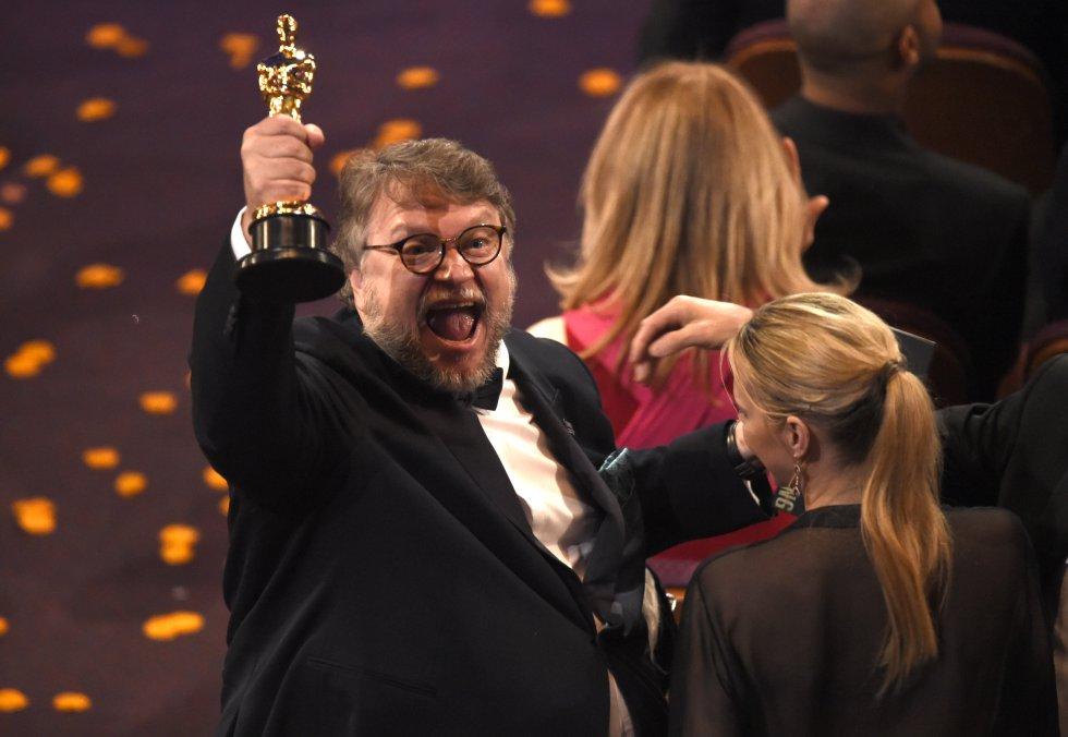El director mexicano Guillermo del Toro celebra su Oscar a mejor director por 'La forma del agua'.
