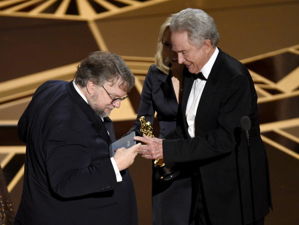 Guillermo del Toro inspecciona el sobre con su nombre tras ganar el Oscar a mejor película por 'La forma del agua'.