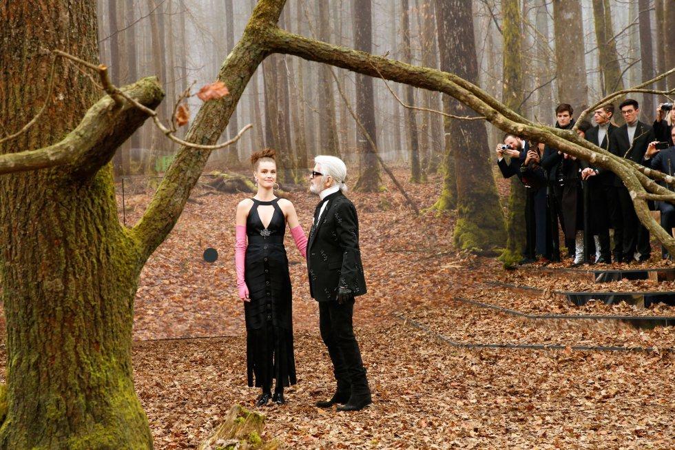 El diseñador Karl Lagerfeld ovacionado al final del desfile de Chanel.
