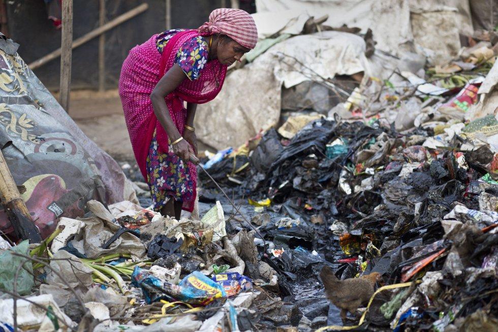 Uma mulher recolhe lixo em Gauhati (Índia), no dia 7 de março.