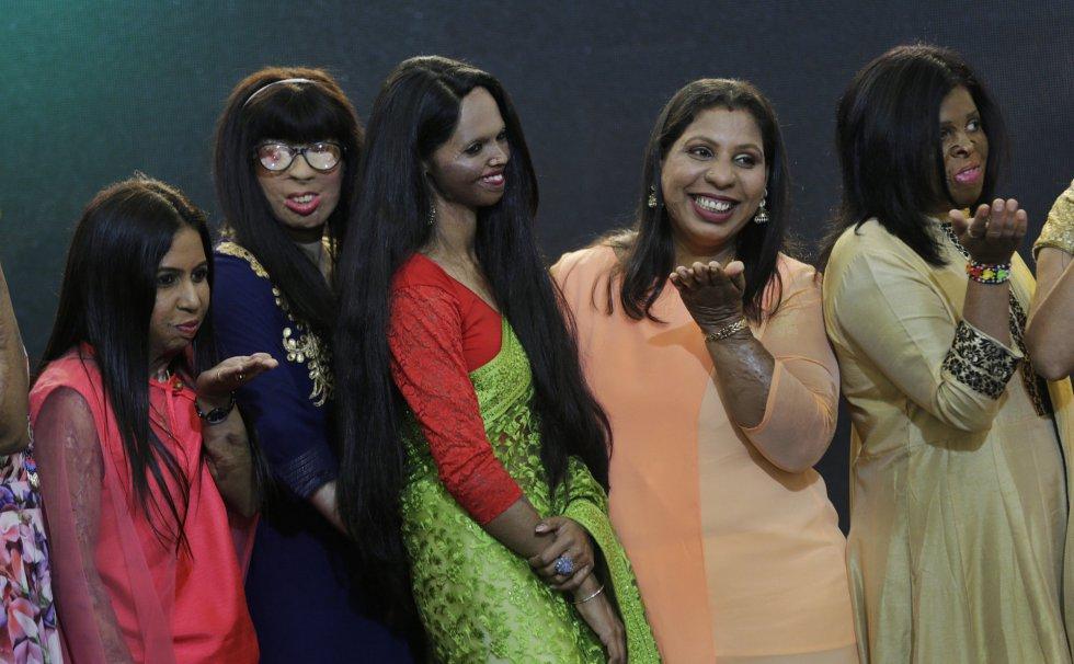 Um grupo de mulheres que hoje se convertem em modelos depois de sobreviver a ataques com ácido. Posam depois do desfile celebrado no dia 7 de março, dentro das reivindicações do Dia Internacional da Mulher como parte da campanha 'Stop Acid Sale'.