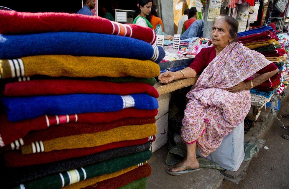 Uma idosa espera clientes em seu posto de um mercado de rua em Gauhati (Índia), em 7 de março.