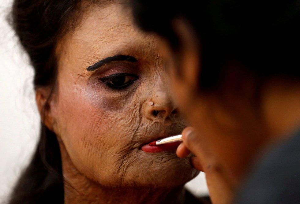 Maquiagem de uma dos modelos no backstage momentos antes de desfilar em Thane (Índia) durante a campanha 'Stop Acid Sale', em 7 de março.