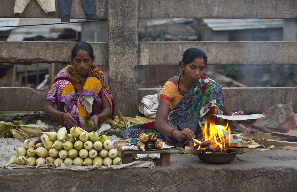 Duas mulheres vendem milho em Gauhati (Índia), em 7 de março.