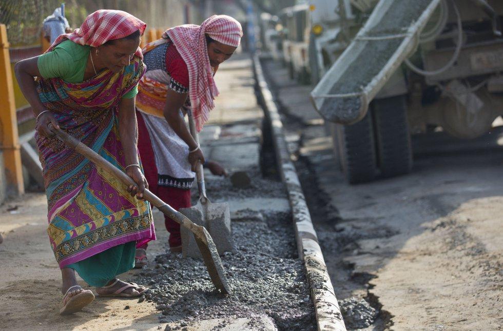 Mulheres trabalham asfaltando uma rua de Gauhati (Índia), no dia 7 de março.