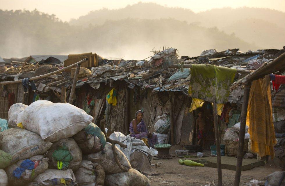 Uma idosa descansa em sua cabana improvisada em um aterro sanitário em Gauhati (Índia), em 7 de março.