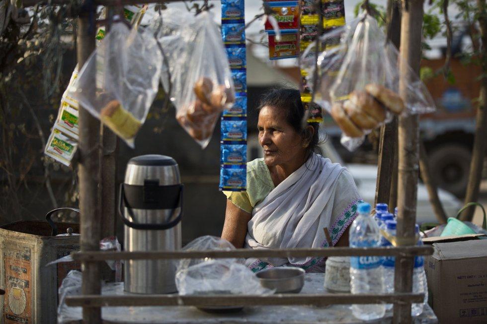 Uma mulher espera os clientes em seu posto de chá ao lado da rua em Gauhati (Índia), em 7 de março.