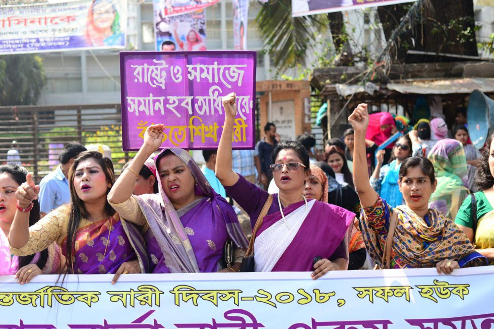 Mujeres bangladesíes salen a las calles de Daca con motivo del Día Internacional de la Mujer, para pedir más seguridad y mejores condiciones de vida.