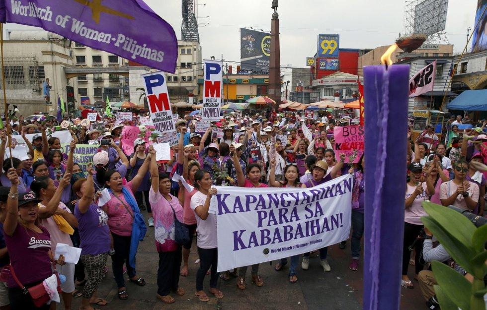 Numerosos participantes marchan en una protesta por el Día Internacional de la Mujer, en Manila (Filipinas).