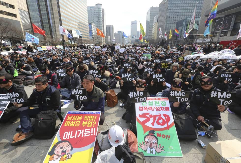 Miles de participantes acuden a una manifestación con motivo del Día Internacional de la Mujer, en Seúl (Corea del Sur).