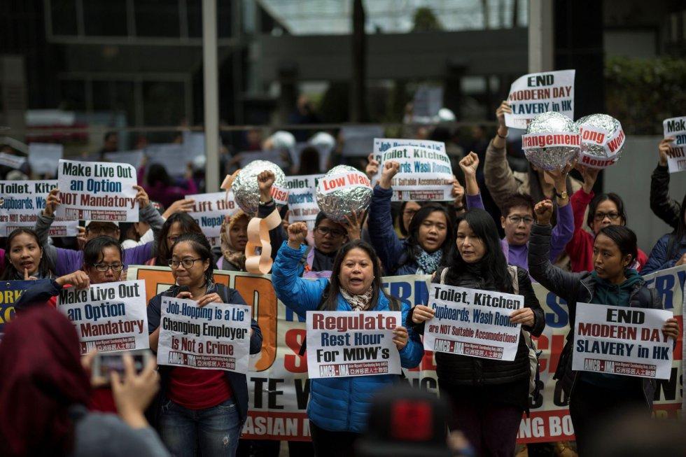 Empleadas domésticas participan en una protesta con motivo del Día Internacional de la Mujer, en Hong Kong (China).