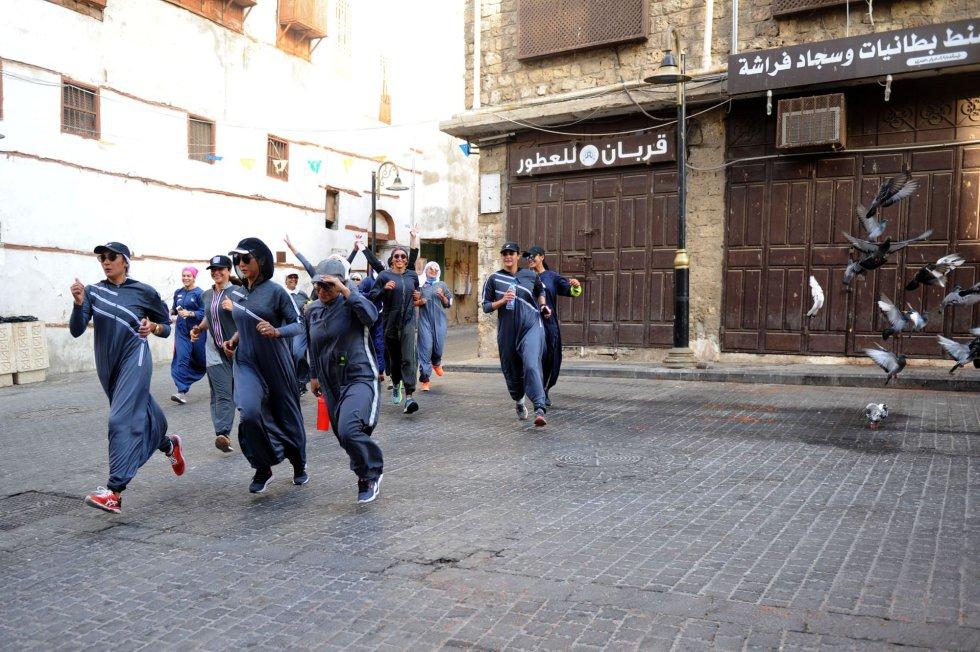 Mujeres saudíes practican deporte por las calles de Yeda (Arabia Saudí), con motivo del Día Internacional de la Mujer.