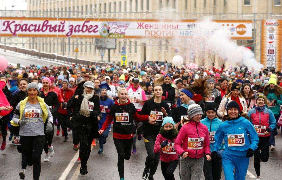Centenares de mujeres participan en una carreta para celebrar el Día Internacional de la Mujer, en Minsk (Bielorrusia)