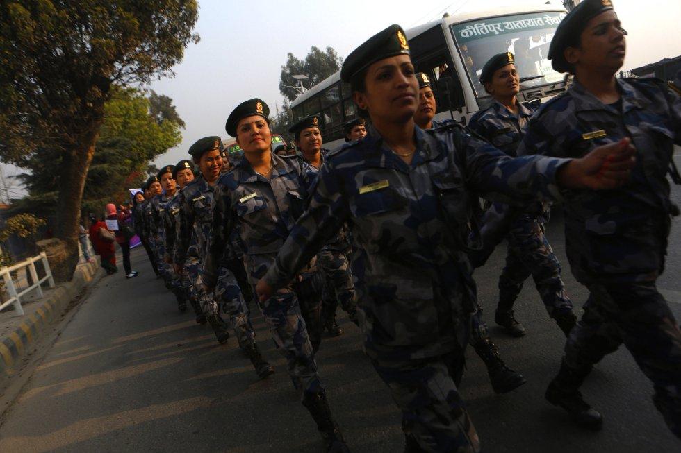Un grupo de mujeres que pertecen a los cuerpos de seguridad nepalíes caminan durante un acto para conmemorar el Día Internacional de la Mujer, en Katmandú (Nepal).