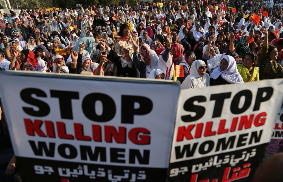 """Mujeres marchan con pancartas en las que se lee """"Paren de matar mujeres"""" durante el Día Internacional de la Mujer, celebrado en Karachi (Pakistán)."""