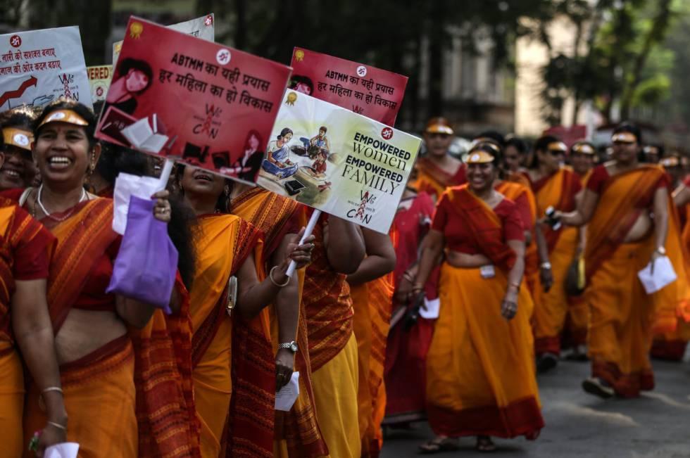 Mujeres de Akhil Bhartiya Terapanth Mahila Mandal (ABTMM) participan con pancartas en la manifestación de mujeres, con motivo del Día Internacional de la Mujer, en Mumbai (India).