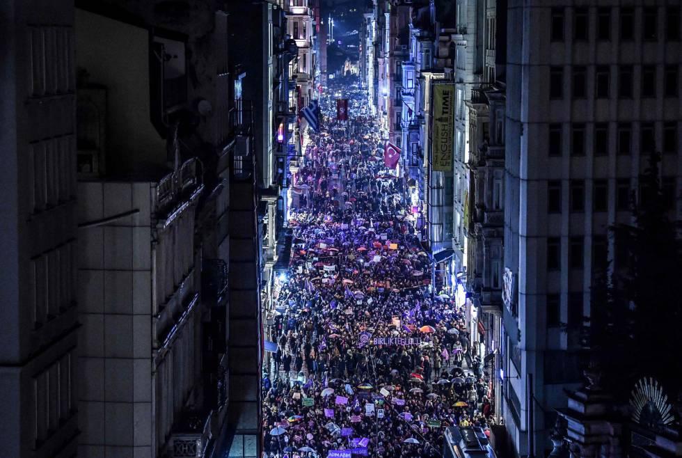 Vista general de la manifestación en la avenida Istiklal de Estambul (Turquía).