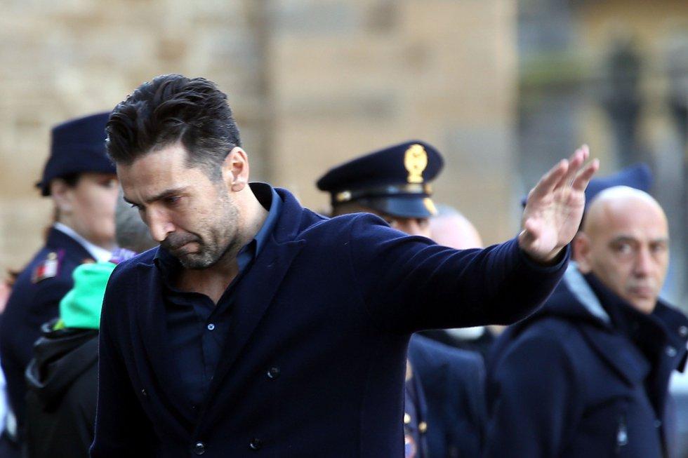 El jugador de la Juventus, Gianluigi Buffon, saluda a su llegada al funeral de Davide Astori.