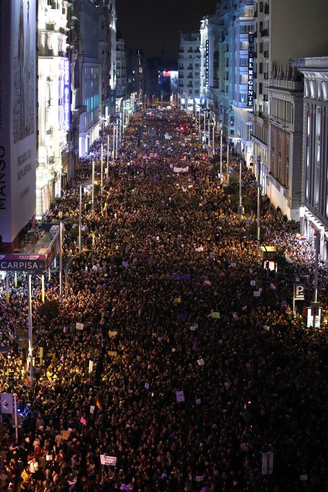 Vista general de la manifestación a su paso por Gran Vía de Madrid.