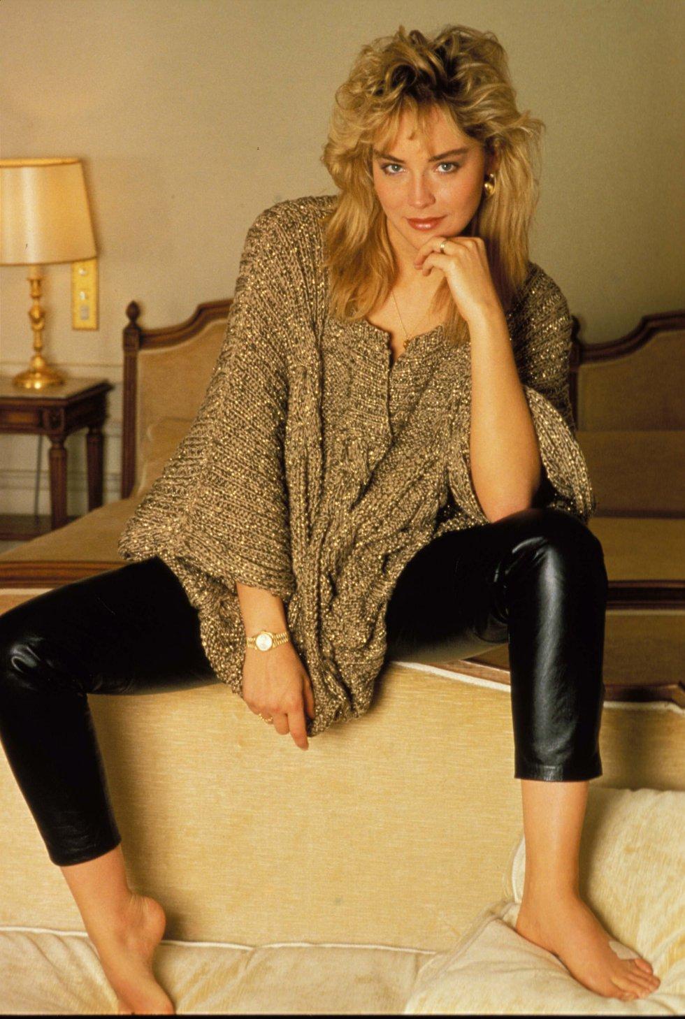 Sharon Stone que en realidad se llama Sharon Yvonne Stone, nació el 10 de marzo de 1958 en Pensilvania, Estados Unidos. Sus primeros pasos en el mundo de la comunicación los dio en la publicidad. También trabajó como modelo en Estados Unidos y en Europa. Su salto a la gran pantalla vino de la mano de su papel en la película de Woody Allen 'Memorias de un seductor'.