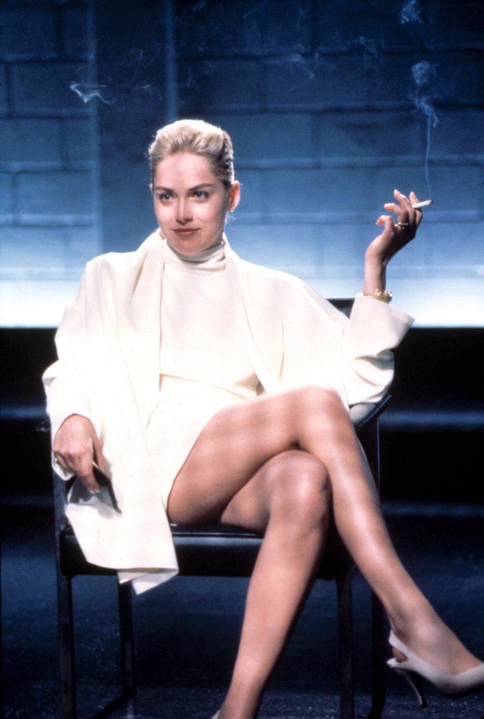 Su papel en 'Instinto básico' catapultó a Stone como una de las mejores actrices del Hollywood de los 90. La película, de 1992, que protagonizó junto a Michael Douglas, popularizó su mítico cruce de piernas. En ella, Stone interpretaba a Catherine Tramell, una mujer que consigue seducir a un policía (Douglas) que investiga un asesinato. Gracias a este papel Stone estuvo nominada como mejor actriz en los Globos de Oro.