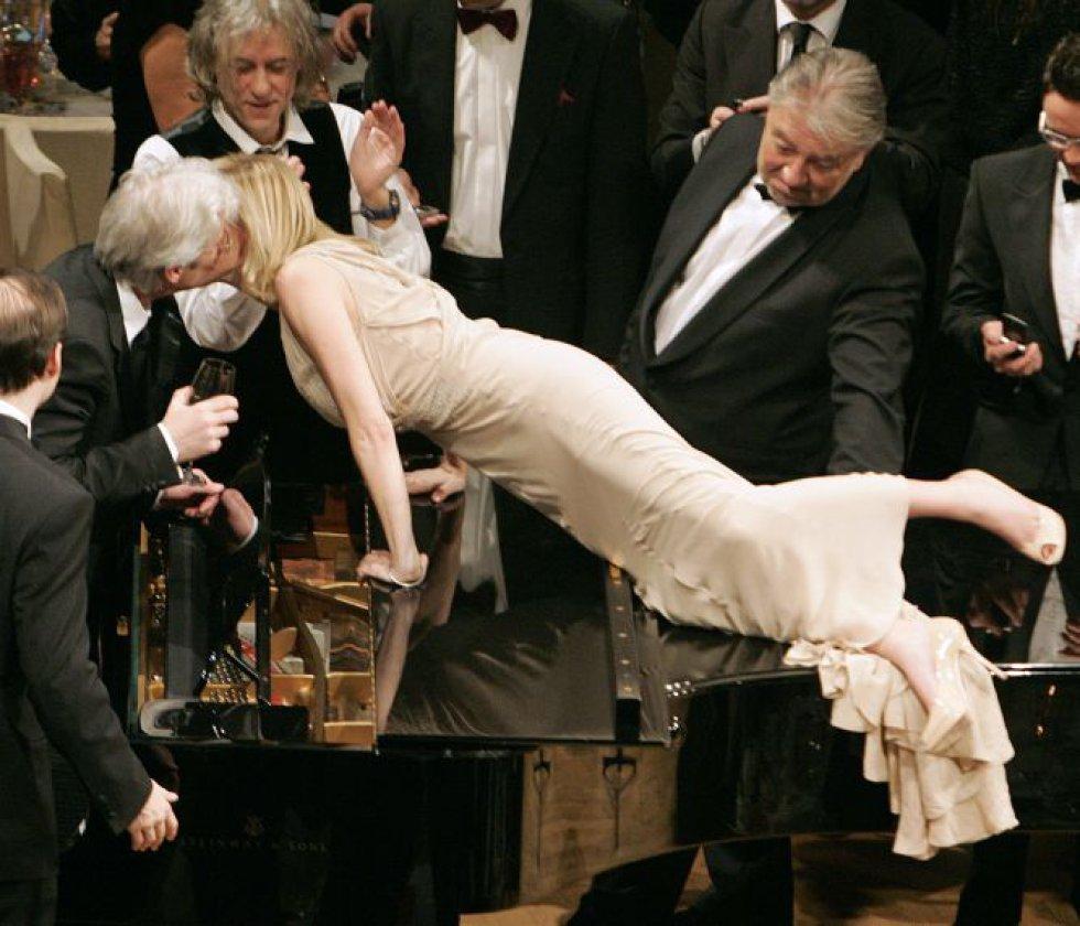 Sharon Stone siempre ha sido una férrea defensora de múltiples causas sociales, desde la investigación en el SIDA, hasta los derechos de los homosexuales. Ha participado en multitud de eventos para recaudar fondos para todas estas causas. En 2007, la actriz estadounidense hizo equilibrios sobre un piano para besar a su compatriota Richard Gere durante la gala benéfica Cine por la Paz, en apoyo a Unicef, celebrada en Berlín