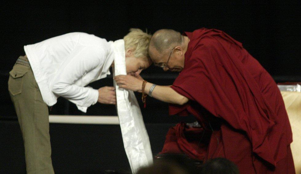 """La faceta de activista de la actriz le ha acarreado serias consecuencias en su carrera en varias ocasiones. En 2008, China prohibió la proyección de una de las películas de Stone en el país, después de que la intérprete declarara lo siguiente a cerca de la situación en el Tíbet: """"El terremoto que ha devastado la provincia de Shichuan y que ha matado al menos a 68.000 chinos fue una catástrofe que les sobrevino por el mal karma que había generado su actitud hacia el pueblo tibetano"""". En la imagen se puede ver a la actriz con el Dalai Lama en 2004."""