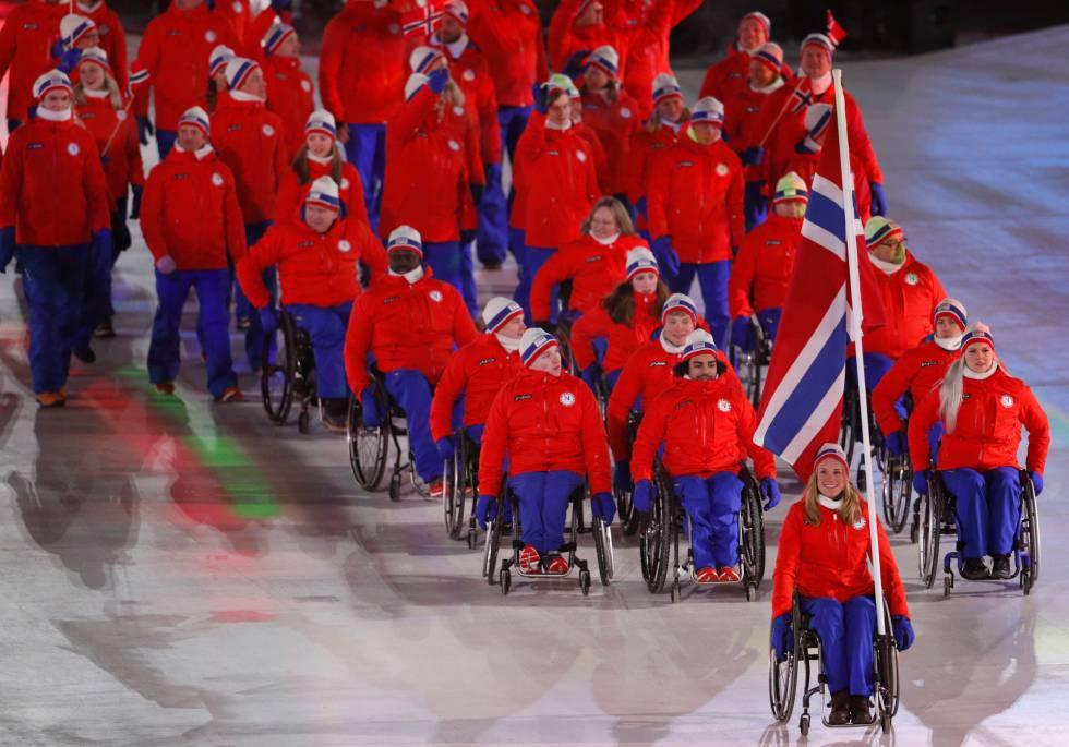 Birgit Skarstein de Noruega porta la bandera nacional durante la ceremonia de apertura, el 9 de marzo de 2018.