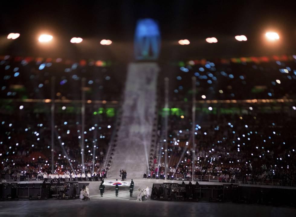 Abanderados entran con la bandera coreana durante la inauguración la ceremonia de apertura de los Juegos Paralímpicos de Pyeongchang 2018, el 9 de marzo de 2018.