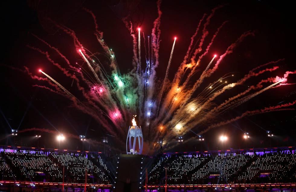 La llama olímpica se ilumina durante la ceremonia de apertura de los Juegos Paralímpicos de Pyeongchang 2018, el 9 de marzo de 2018.
