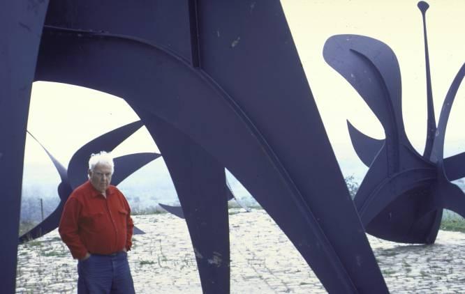De qué tesoro hablamos.  La Autoridad Portuaria de Nueva York solicitó en 1969 la realización de una gran escultura al norteamericano Alexander Calder, conocido sobre todo por sus móviles de piezas metálicas. Las tres planchas de acero inoxidable pintadas de rojo y unidas en una forma que recordaba a una hélice fueron colocadas en la plaza frente al World Trade Center, que aún estaba en construcción cuando se realizó el encargo. La obra medía casi ocho metros de altura.     Cómo desapareció y por qué nadie lo ha encontrado.  Durante los ataques terroristas del 11-S no solo murieron casi 3.000 personas, sino que entre las pérdidas materiales hubo también un centenar obras de arte. Esta es la más conocida, y acaso la más valiosa, pero entre ellas había también un tapiz de Miró, por ejemplo.     Cuál es su valor.  El total se estimó en unos 100 millones de dólares (81,5 millones de euros), pero sospechamos que podría ascender a bastante más.   En la imagen, Alexander Calder junto a algunas de sus esculturas.
